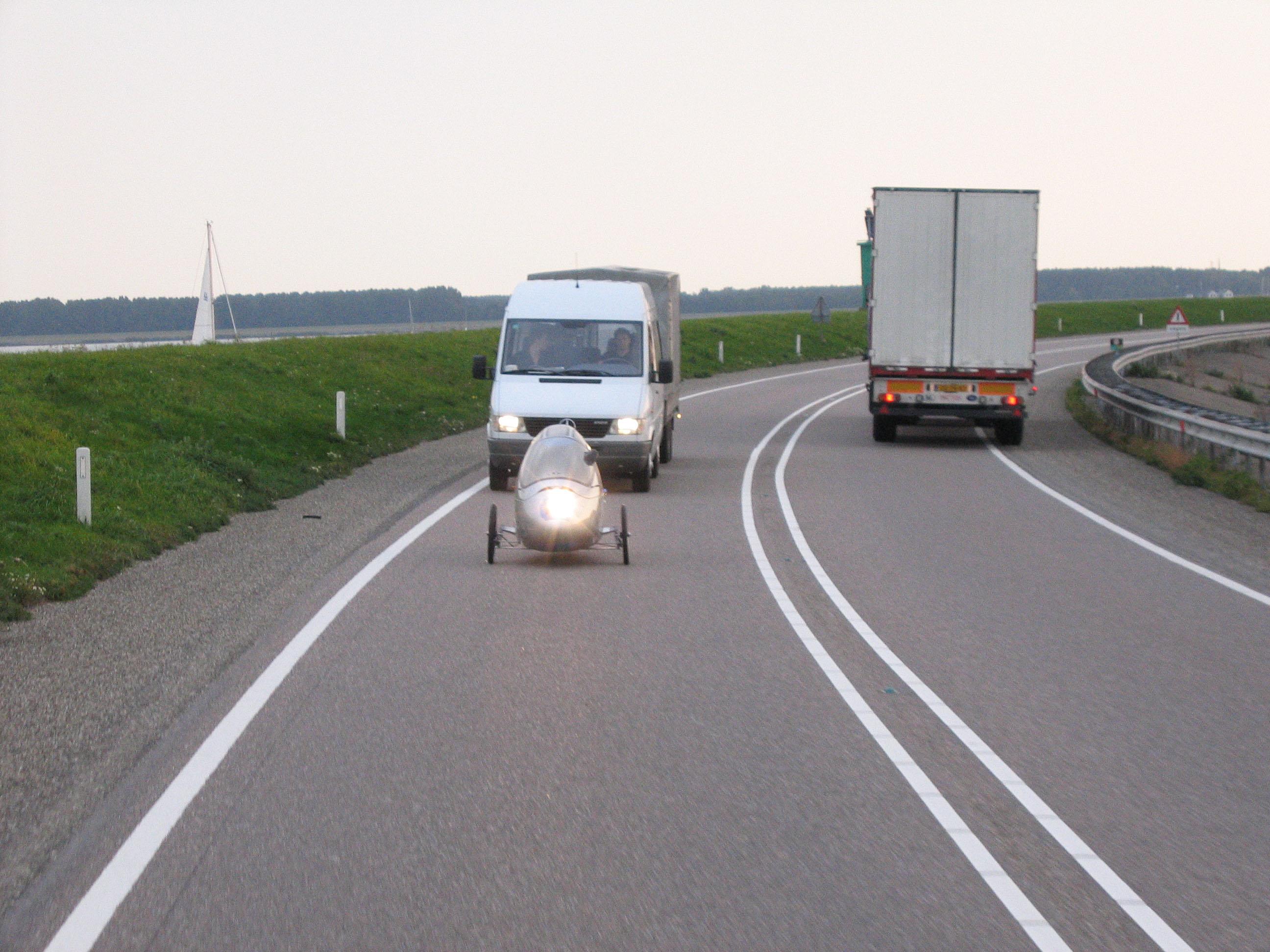 为SUSTAMO氢能源电动自行车提供氢能源是通过交换氢气罐实现的。车上的两个氢气罐可以分开使用,以保证车上氢气的充足和充分利用。 SUSTAMO氢能源电动自行车的研发从2008年开始,第一辆功能模型于2009年完成。